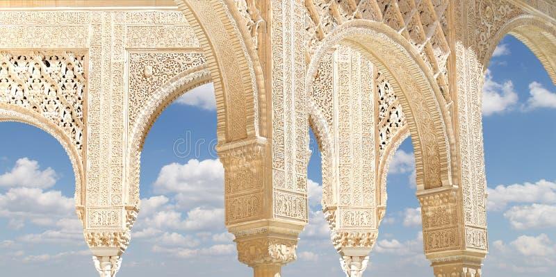 Arcos no estilo (mouro) islâmico em Alhambra, Granada, Espanha fotografia de stock