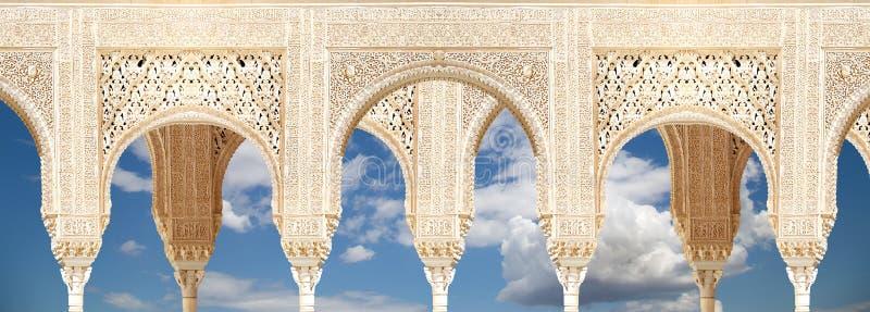 Arcos no estilo (mouro) islâmico em Alhambra, Granada, Espanha imagem de stock