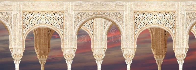 Arcos no estilo (mouro) islâmico em Alhambra, Granada, Espanha imagens de stock