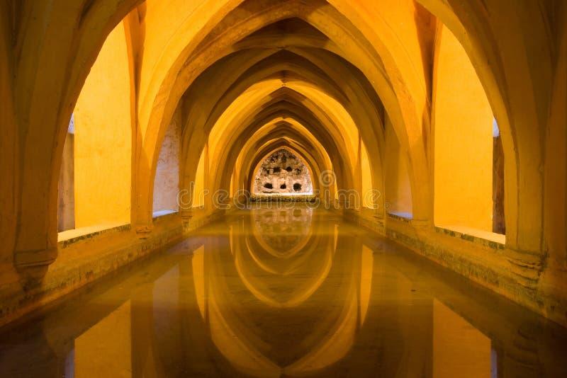 Banhos no Alcazar real de Sevilha imagem de stock