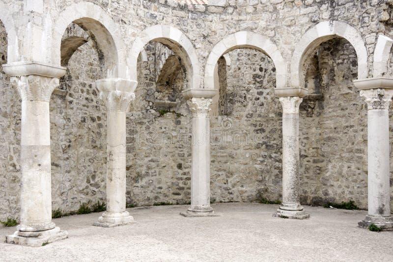 Arcos romanos en la ciudad Rab foto de archivo