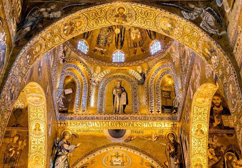 Arcos sarracenos y mosaicos bizantinos dentro de la capilla de Palatine de Royal Palace en Palermo foto de archivo