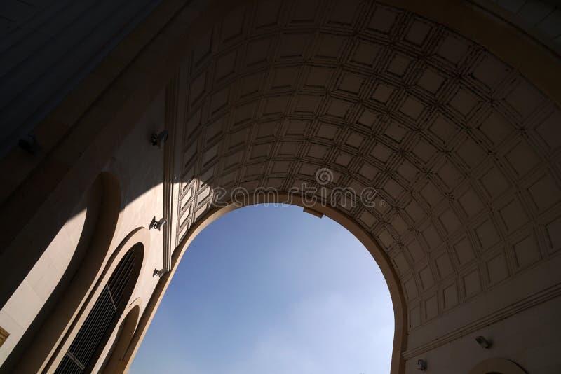 Arcos semicirculares del edificio fotos de archivo