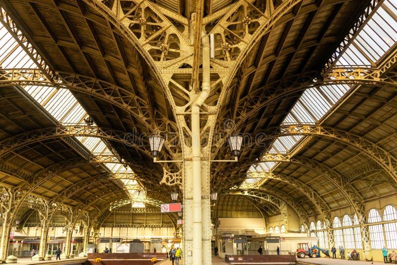 Arcos velhos do estação de caminhos de ferro urbano imagem de stock
