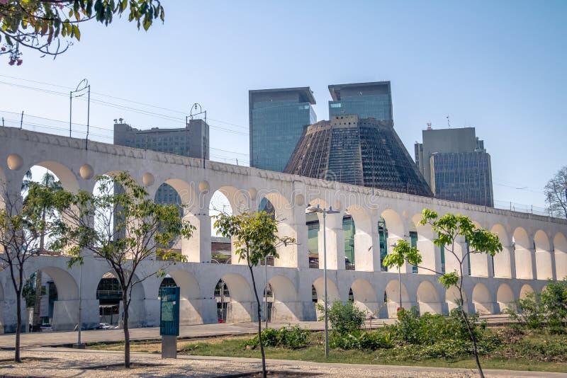 Arcos y catedral metropolitana - Rio de Janeiro, el Brasil de Arcos DA Lapa imagenes de archivo