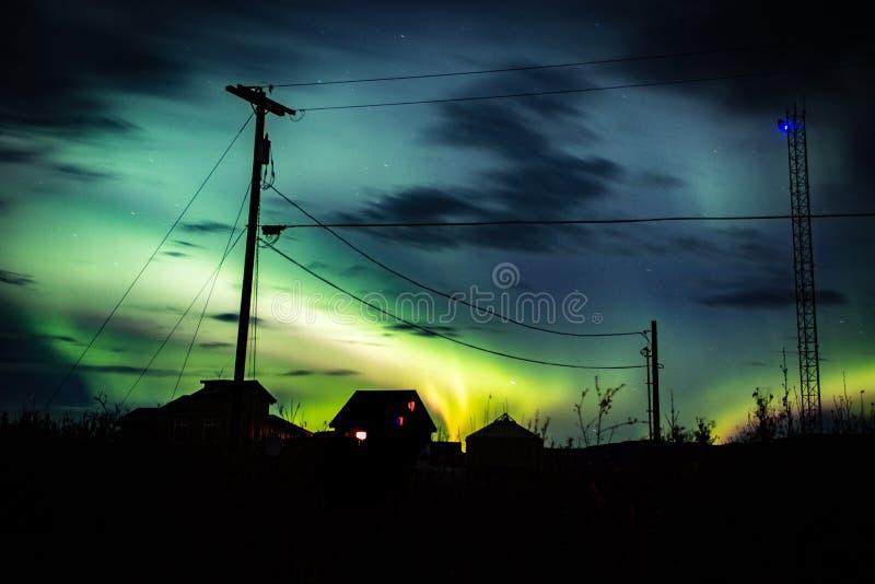 Arcoss de lumières du nord les cieux noircis d'une vie d'Alaska regardant fixement les étoiles Lumières du nord à travers les sap photographie stock libre de droits