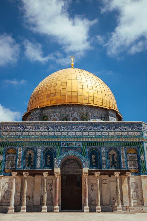 Arcs devant le dôme du temple de roche à Jérusalem images stock