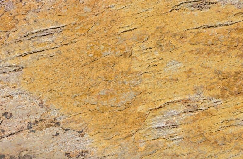 Ardósia de cor castanha dourada, textura de pedra mineral do fundo foto de stock