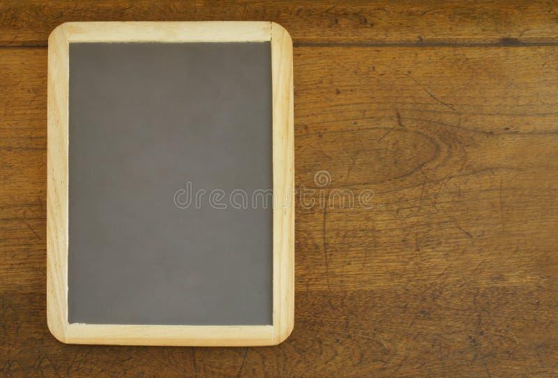 Ardósia na mesa de madeira foto de stock