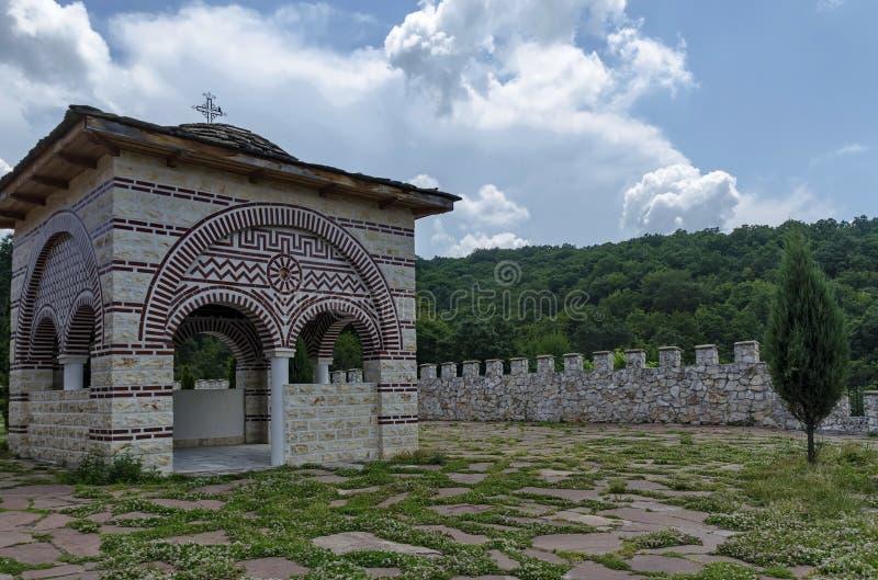 Ardósia-telhado de pedra da alcova medieval velha com cruz no monastério restaurado de Montenegrino ou de Giginski imagem de stock