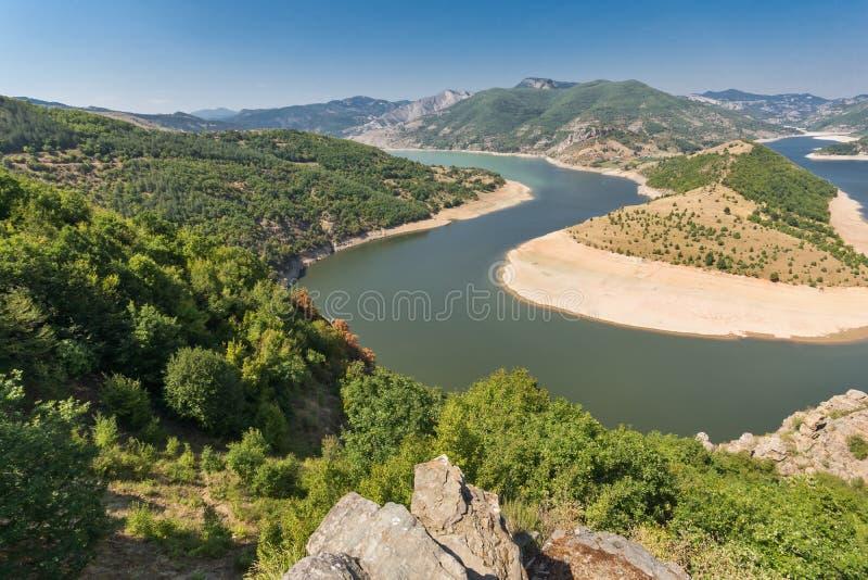 Arda River-meander en Rhodopes-berg, Bulgarije stock foto's