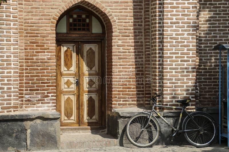 ARDABIL, IRAN 26 SETTEMBRE 2018: Bicicletta vicino al muro di mattoni del giardino, vicino alla tomba di Sheikh Safi al-Din, Arda fotografia stock
