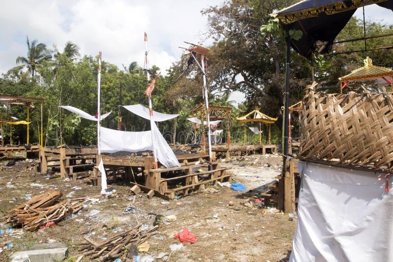 Ardendo sem chama após o hindu fúnebre, Nusa Penida, Indonésia foto de stock royalty free