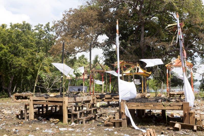 Ardendo sem chama após o hindu fúnebre, Nusa Penida, Indonésia imagens de stock royalty free