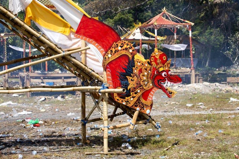 Ardendo sem chama após o hindu fúnebre, Nusa Penida, Indonésia fotos de stock