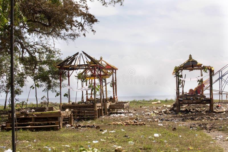 Ardendo sem chama após o hindu fúnebre, Nusa Penida, Indonésia fotos de stock royalty free