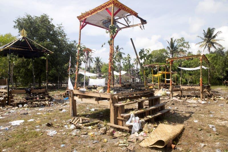 Ardendo sem chama após o hindu fúnebre, Nusa Penida, Indonésia imagens de stock