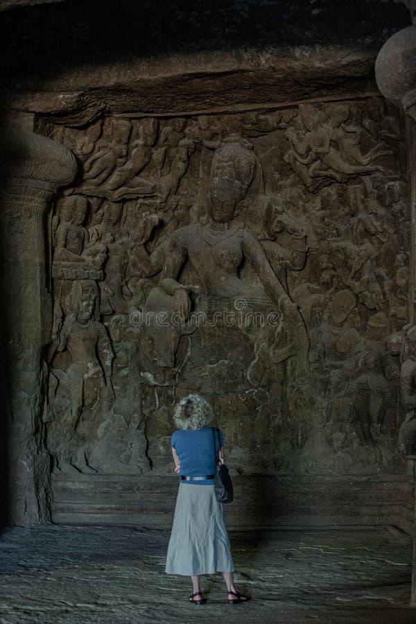 Ardhanarishvara, traduit littéralement en femelle de Siva d'un dieu demi à la sculpture en coupe de roche en caverne Elephanta d' images libres de droits