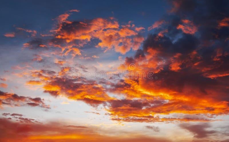 Ardientemente, cielo de la puesta del sol de los colores anaranjados y rojos foto de archivo