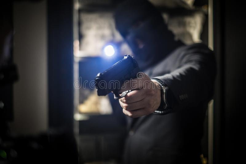 Ardmed-Mann, der eine Bank beraubt lizenzfreie stockbilder
