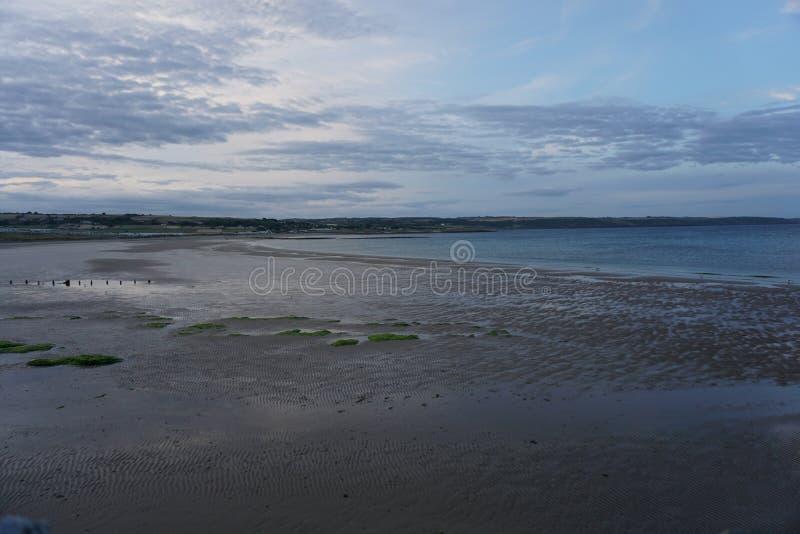 Ardmore strand i Irland på solnedgången med inga personer arkivbild