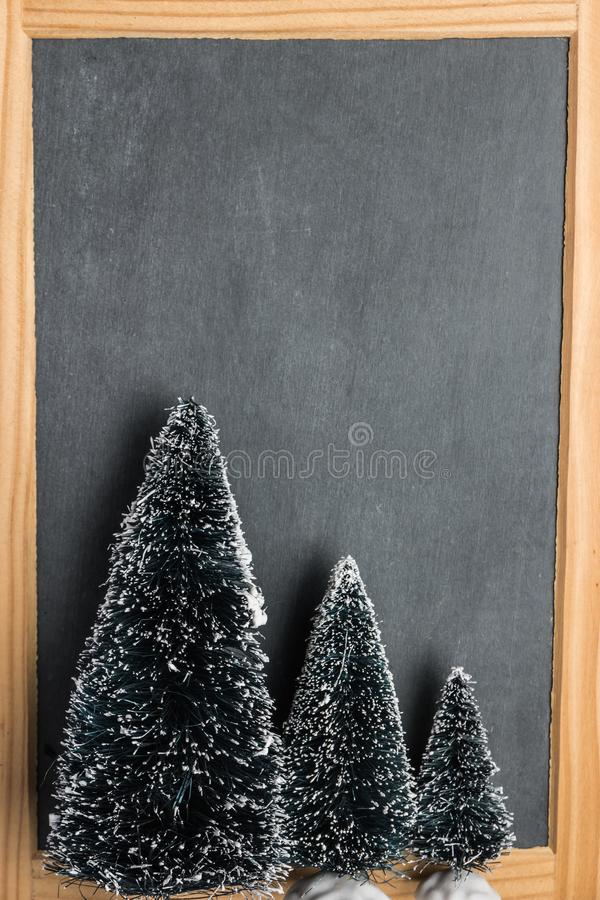 Ardoise rustique de tableau de Noël de blanc avec des arbres de Noël images stock