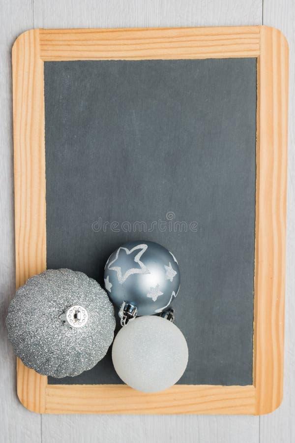 Ardoise rustique de tableau de Noël de blanc avec des boules photo libre de droits