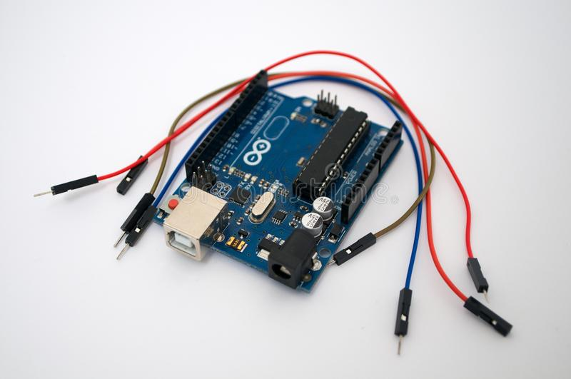Arduino e em torno de fio listado fotografia de stock