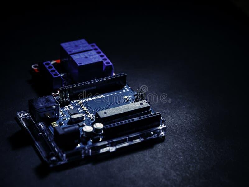 Arduino-Steuerbreites Element auf dem dunklen Hintergrund stockbilder