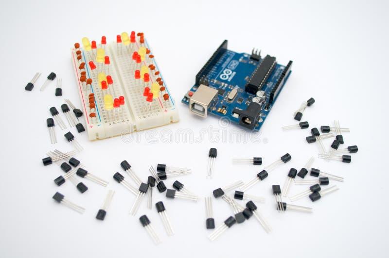 Arduino, transistors, protoboard met opgestelde leiden royalty-vrije stock afbeelding
