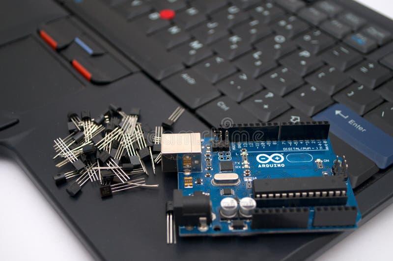 Arduino, transistors, protoboard met opgestelde leiden stock foto
