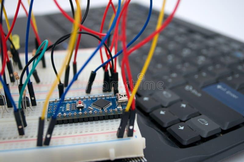 Arduino, transistors, protoboard met opgestelde leiden stock afbeeldingen