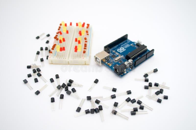 Arduino, tranzystory, protoboard z DOWODZONYM wykładającym up obrazy royalty free