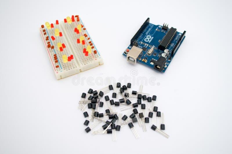 Arduino, tranzystory, protoboard z DOWODZONYM wykładającym up zdjęcia royalty free