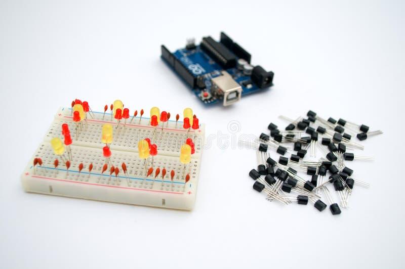 Arduino, tranzystory, protoboard z DOWODZONYM wykładającym up zdjęcie royalty free