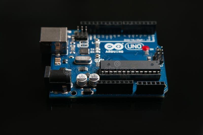 Arduino UNO bräde på svart bakgrund royaltyfri bild