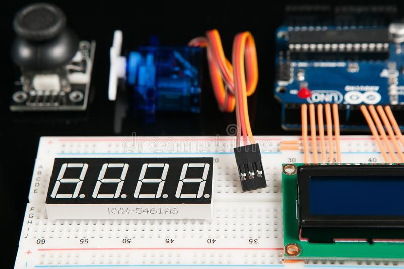 Arduino UNO wsiada z elektronicznymi składnikami obraz royalty free