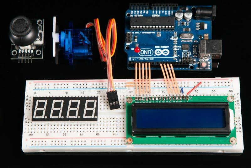 Arduino UNO wsiada z elektronicznymi składnikami fotografia royalty free