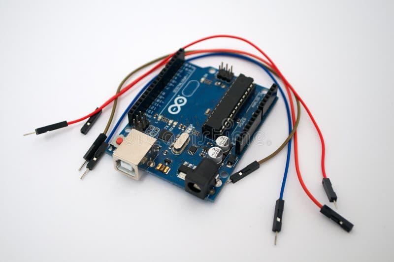 Arduino wokoło wymienionego drutu i fotografia stock