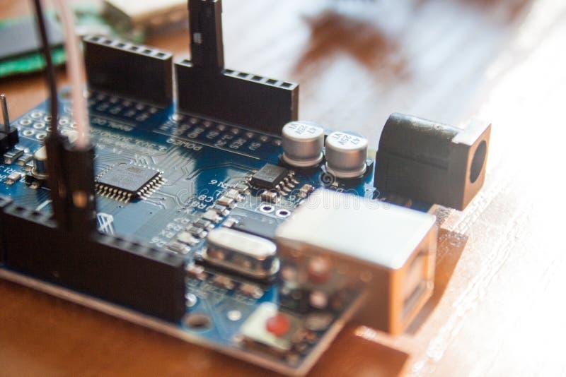 Arduino wsiada mikro kontrolera używać dla budować cyfrowych przyrząda fotografia stock