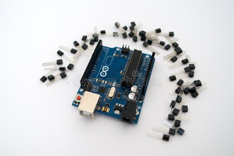 Arduino y alrededor de los transistores alineados fotos de archivo