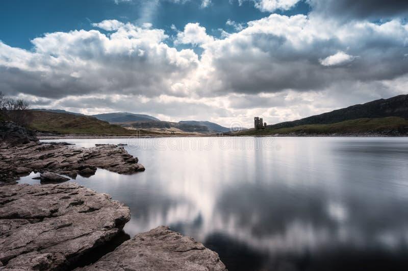 Ardvreckkasteel op de banken van Loch Assynt in Schotland stock afbeelding