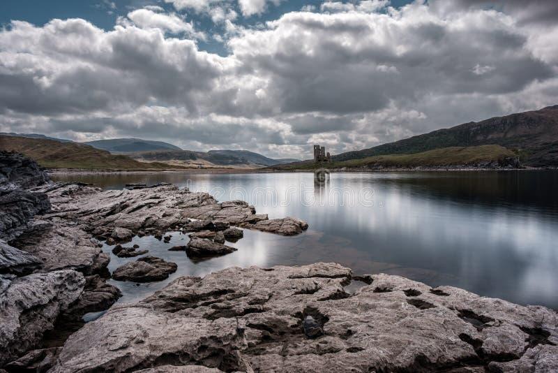 Ardvreckkasteel op de banken van Loch Assynt in Schotland stock foto