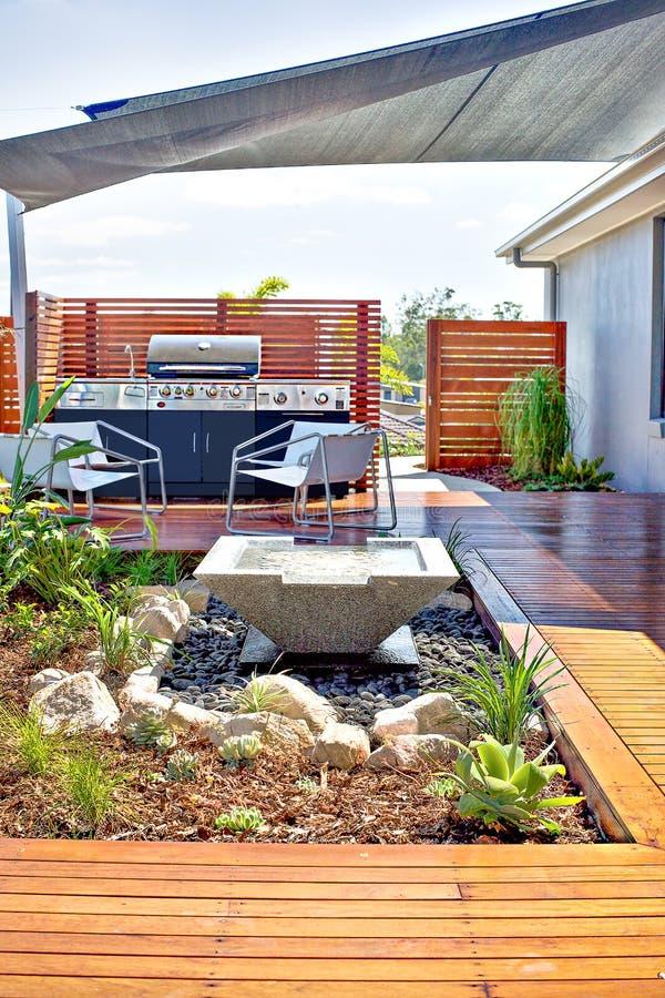 Area del patio della Camera con un pavimento e un gabinetto di legno del gas immagine stock libera da diritti