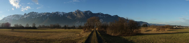 Area della palude e catena di montagna fotografie stock