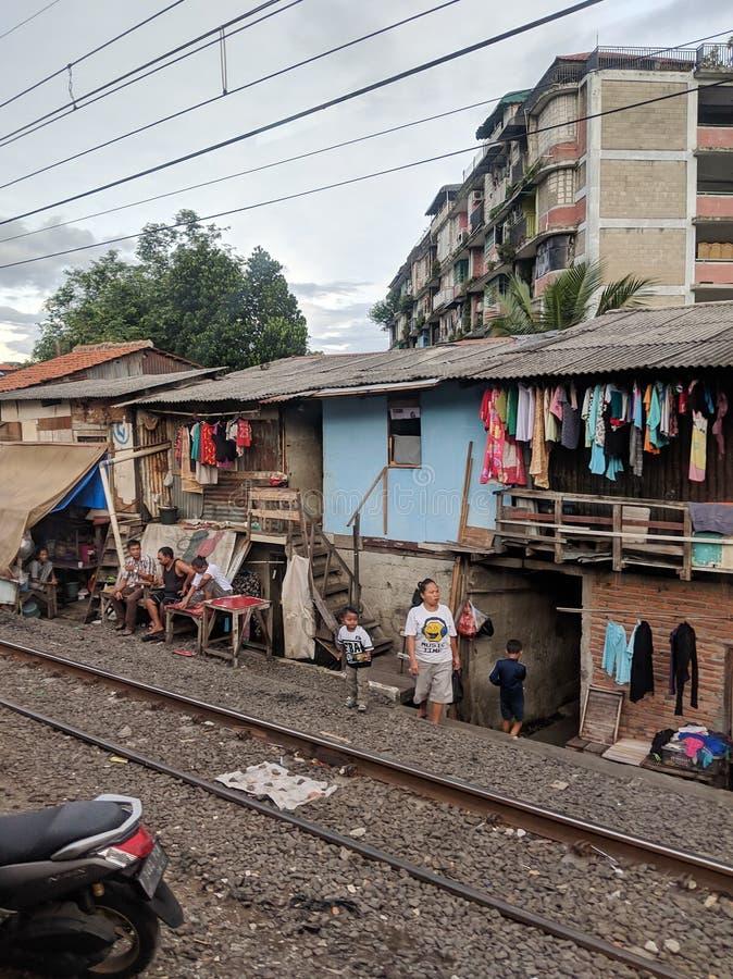 Area di bassifondi lungo le strade ferrate a Jakarta immagine stock