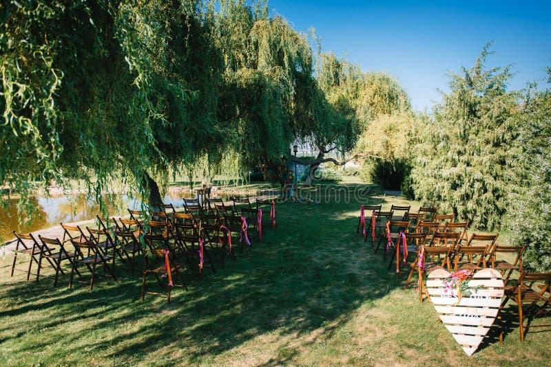 Area di cerimonia di nozze, decorazione delle sedie dell'arco fotografia stock