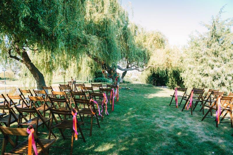 Area di cerimonia di nozze, decorazione delle sedie dell'arco immagini stock libere da diritti