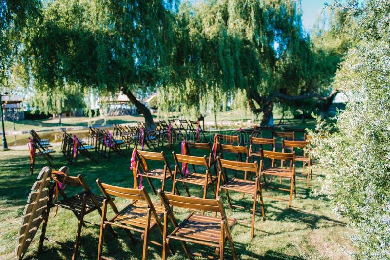 Area di cerimonia di nozze, decorazione delle sedie dell'arco fotografia stock libera da diritti