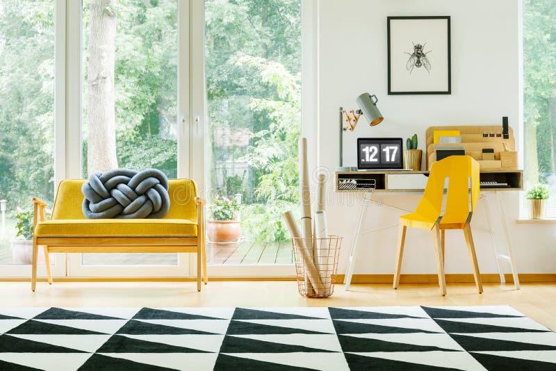 Area di lavoro con la sedia gialla fotografie stock
